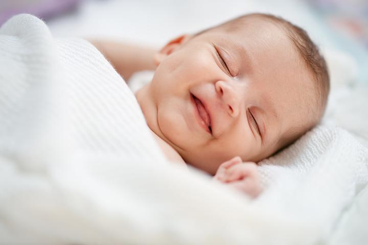 بهترین زمان لبخند زدن نوزاد